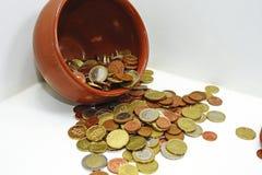 布朗有欧洲硬币的泥罐 免版税库存图片