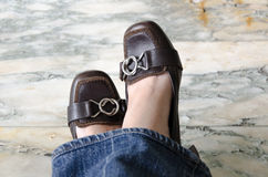 布朗有蓝色牛仔裤的高跟鞋鞋子 免版税库存照片