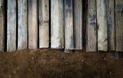 布朗木书桌和黑暗的地板 免版税库存图片