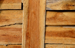 布朗木纹理背景,干燥切好的木柴背景注册堆 免版税库存图片