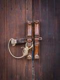 布朗木门和木锁 免版税库存照片