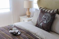 布朗枕头在卧室 免版税图库摄影