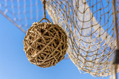 布朗柳条球和捕鱼网垂悬 免版税库存照片