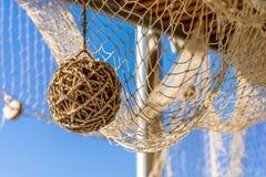 布朗柳条球和捕鱼网 图库摄影