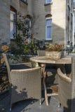 布朗桌和几把椅子在欧洲街道上 库存照片