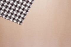 布朗桌镶边了在包装纸背景的织品 免版税库存图片