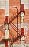 布朗楼梯和门在老砖墙上 免版税库存照片