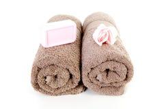 布朗毛巾和桃红色肥皂 免版税库存图片