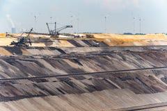 布朗煤矿业的重新装满的领域和机械 免版税库存图片