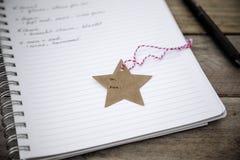 布朗牛皮纸星状礼物标记 库存图片