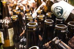 布朗玻璃瓶,从啤酒容器的再造废物 免版税库存图片