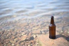 布朗瓶装水背景 免版税库存照片