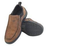 布朗用皮革包盖在白色背景隔绝的人鞋子 库存照片