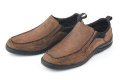 布朗用皮革包盖在白色背景隔绝的人鞋子 库存图片