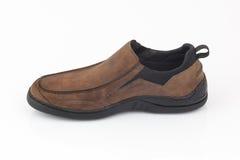 布朗用皮革包盖在白色背景隔绝的人鞋子 免版税库存照片