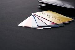 布朗用皮革包盖有信用、借方和折扣卡片的钱包 免版税库存照片