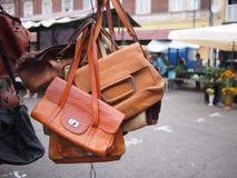 布朗皮包在跳蚤市场上 免版税库存照片
