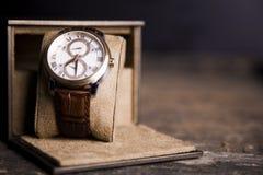 布朗皮革手表,葡萄酒样式手表,人` S皮革W 图库摄影
