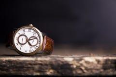 布朗皮革手表,葡萄酒样式手表,人` S皮革W 库存图片