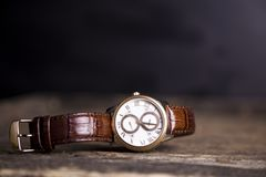 布朗皮革手表,葡萄酒样式手表,人` S皮革W 免版税库存图片