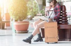 布朗皮革旅行请求与铁路的旅客 免版税库存照片