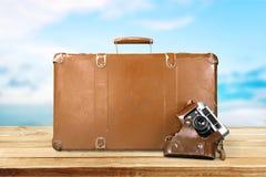 布朗皮革葡萄酒手提箱和影片照片 免版税库存照片