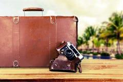 布朗皮革葡萄酒手提箱和照相机 免版税库存图片