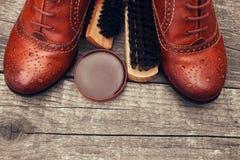 布朗皮鞋、刷子和鞋子奶油 免版税库存图片