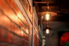 布朗砖墙和电灯泡 库存图片