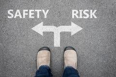 布朗穿上鞋子身分在发怒路-安全或风险 免版税库存照片
