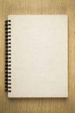 布朗笔记本或写生簿在木桌上 免版税库存照片