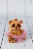 布朗艺术家在桃红色礼服种类一的玩具熊  库存图片