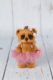 布朗艺术家在桃红色礼服种类一的玩具熊  免版税库存照片