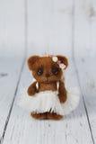 布朗艺术家在礼服种类一的玩具熊  免版税图库摄影