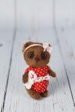 布朗艺术家在红色礼服种类一的玩具熊  免版税库存图片