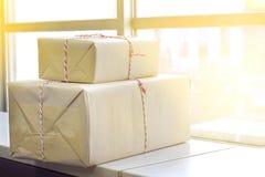布朗邮件与红色和白色绳索的包裹小包 免版税库存照片