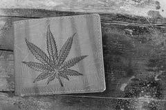 布朗钱包图片大麻叶子 库存图片