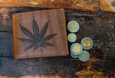布朗钱包图片大麻叶子 库存照片