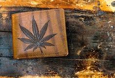 布朗钱包图片大麻叶子 免版税图库摄影