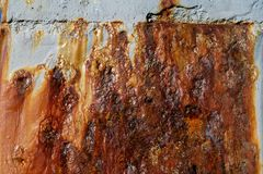 布朗铁锈污点和废墟白色墙壁 库存照片