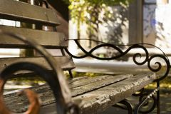 布朗长木凳在公园 库存照片