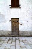 布朗门伦巴第在米兰窗口里关闭了砖 免版税库存图片