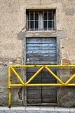 布朗门在米兰老窗口里结束了砖土地 免版税库存照片