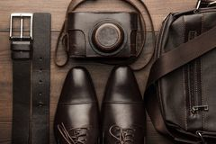 布朗鞋子、传送带、袋子和影片照相机 免版税库存图片