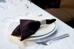 布朗餐巾,桌设置 婚姻,宴会 室内 免版税图库摄影