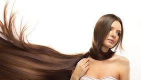 布朗头发。有健康长的头发的美丽的妇女 免版税图库摄影