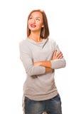 布朗头发美好的妇女witharms折叠了佩带的灰色衬衣a 库存图片