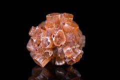 布朗aragonite矿物石头,黑与反射,愈合s 免版税库存图片