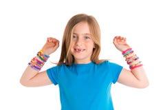 织布机橡皮筋儿镯子白肤金发的孩子女孩 图库摄影