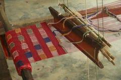 织布机编织的手在琅勃拉邦,老挝 免版税库存照片